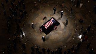 Washington, 2018. december 4. George W. Bush korábbi amerikai elnök nemzeti lobogóval letakart koporsója a washingtoni kongresszus kupolatermében (Rotunda) felállított ravatalon 2018. december 4-én. George H. W. Bush, aki az Egyesült Államok 41. elnöke volt 1989-tõl 1993-ig, 2018. november 30-án, 94 éves korában hunyt el texasi otthonában. MTI/EPA/Shawn Thew