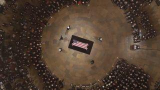 Washington, 2018. december 4. George H. W. Bush korábbi amerikai elnök nemzeti lobogóval letakart koporsója a washingtoni kongresszus kupolatermében (Rotunda) felállított ravatalon 2018. december 4-én. George H. W. Bush, aki az Egyesült Államok 41. elnöke volt 1989-tõl 1993-ig, 2018. november 30-án, 94 éves korában hunyt el texasi otthonában. MTI/EPA/Pool/Morry Gash
