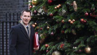 London, 2018. december 4. Jeremy Hunt brit külügyminiszter kabinetülésre érkezik a londoni kormányfõi rezidenciára, a Downing Street 10-be 2018. december 4-én. Az Európai Unió luxembourgi székhelyû bírósága ezen a napon bejelentette, hogy az Európai Unió Szerzõdése 50. cikke lehetõvé teszi az EU-ból való kilépés szándékáról szóló bejelentés egyoldalú visszavonását. Ez a lehetõség mindaddig fennáll, amíg a kilépési megállapodás hivatalosan nem lépett hatályba. MTI/EPA/Facundo Arrizabalaga
