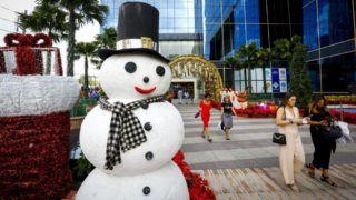 Bangkok, 2018. december 6. Karácsonyi dekoráció mellett sétáló járókelõk Bangkok belvárosában 2018. december 6-án. A mintegy 68 millió fõt számláló délkelet-ázsiai ország lakosságának több mint kilencven százaléka buddhista, a muszlim közösségek mellett egy százaléknál kisebb a keresztények aránya. MTI/EPA/Diego Azubel