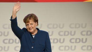 Hamburg, 2018. december 7. Angela Merkel német kancellár, a Kereszténydemokrata Unió (CDU) elnöke integet beszéde után a CDU tisztújító kongresszusának otthont adó hamburgi rendezvényközpontban 2018. december 7-én. A pártot 18. éve vezetõ Merkel utódját ezen a napon választják meg a kongresszuson. A tisztségre három jelölt pályázik: Friedrich Merz, a CDU és a bajor testvérpárt, a Keresztényszociális Unió (CSU) közös parlamenti frakciójának volt vezetõje, Annegret Kramp-Karrenbauer pártfõtitkár és Jens Spahn egészségügyi miniszter. MTI/EPA/Focke Strangmann