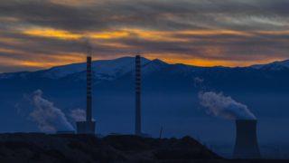 Bitola, 2018. december 7. Füstöt okádnak a Rek Bitola hõerûmû kéményei a macedóniai Bitola közelében 2018. december 6-án. Az erõmû az elektromos energia legszámottevõbb forrása Macedóniában, ahol az ország áramtermelésének több mint felét a Rek Bitola állítja elõ. Bitola városa a hulladékot égetõ hõerõmû miatt súlyosan szennyezett, a rákbetegségben szenvedõk mintegy negyven százaléka az erõmû vonzáskörzetében él. MTI/EPA/Georgi Licovszki