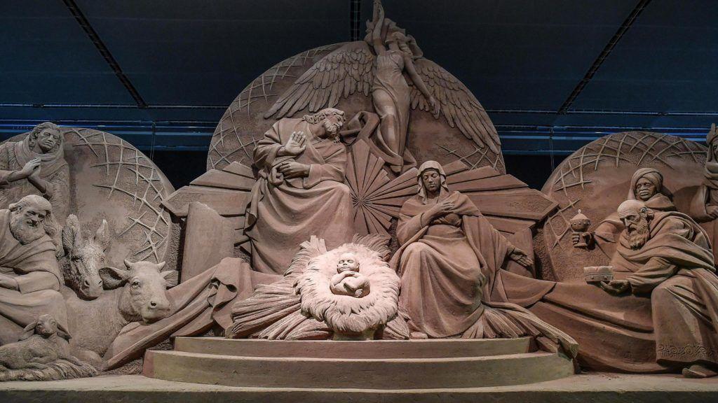 Vatikánváros, 2018. december 7. Homokból készült betlehemi jászol a szoborcsoport leleplezésén a vatikáni Szent Péter téren 2018. december 7-én. Az idei karácsonyi dekorációt egy homokszobrászokból álló nemzetközi csapat készítette mintegy hétszáz tonna alapanyagból. MTI/EPA/ANSA/Alessandro Di Meo