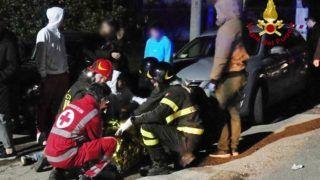 Ancona, 2018. december 8. Az olasz tûzoltóság által közreadott kép mentõalakulatok tagjairól egy éjszakai klub elõtt, ahol agyontaposták egymást az emberek az olaszországi Ancona város közelében, az Adriai-tenger partján 2018. december 8-án. A tülekedésben hat ember meghalt, több mint százan megsérültek. A Lanterna Azzurra nevû klubban azt követõen tört ki pánik, hogy valaki könnygázt permetezett szét. MTI/EPA/Olasz tûzoltóság/Olasz tûzoltóság