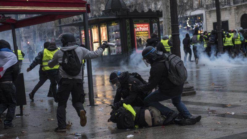 Párizs, 2018. december 9. Rohamrendõrök letartóztatnak egy férfit a francia kormány szociális és adópolitikája ellen tiltakozó sárgamellényes tüntetõk negyedik országos tiltakozónapján Párizsban 2018. december 8-án. A francia fõvárosban és a vidéki nagyvárosokban a kormány gazdaságpolitikája ellen mintegy 125 ezren tiltakoztak. MTI/EPA/Ian Langsdon