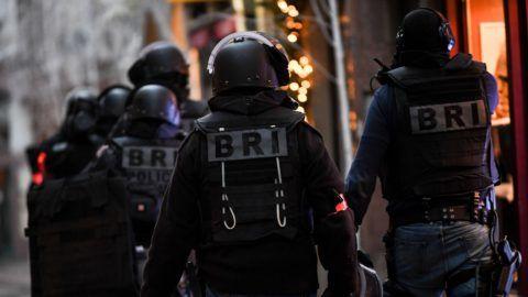 Strasbourg, 2018. december 12. Rendõrök járõröznek Strasbourgban 2018. december 12-én. Elõzõ este a strasbourgi karácsonyi vásáron lövöldözés történt, a támadásban hárman meghaltak, tizenketten megsebesültek, közülük hatan kritikus állapotban vannak. Az elkövetõ, akit már azonosítottak, szökésben van. MTI/EPA/Patrick Seeger