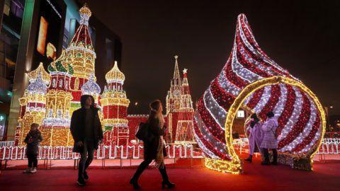 Moszkva, 2018. december 12. Fénydíszeket néznek emberek egy karácsonyi vásárnál Moszkva belvárosában 2018. december 12-én. MTI/EPA/Jurij Kocsetkov