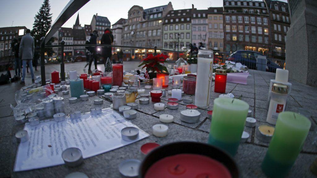 Strasbourg, 2018. december 13. Virágok és mécsesek a strasbourgi lövöldözés áldozatainak rögtönzött belvárosi emlékhelyén 2018. december 13-án. Két nappal korábban Chérif Chekatt, egy iszlamista hátterû férfi a strasbourgi karácsonyi vásáron tüzet nyitott a járókelõkre, majd elmenekült a helyszínrõl. A támadásban hárman meghaltak, tizenketten megsebesültek, közülük hatan kritikus állapotban vannak. MTI/EPA/Ronald Wittek