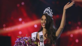 Bangkok, 2018. december 17. Catriona Gray, a Fülöp-szigetek szépe, miután gyõzött a 67. Miss Universe nemzetközi szépségverseny bangkoki döntõjében 2018. december 17-én. MTI/AP/Gemunu Amaraszinghe