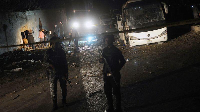 Kairó, 2018. december 28. A biztonsági szolgálat tagjai a gízai piramisok közelében elkövetett robbantásos merénylet helyszínén Kairóban 2018. december 28-án. A turistákat szállító autóbusz ellen elkövetett pokolgépes támadásban legkevesebb két ember életét vesztette és többen megsebesültek. MTI/EPA