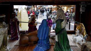 Budapest, 2018. december 24. Külföldi turisták a Szent István-bazilika elõtt 2018. december 24-én. MTI/Illyés Tibor