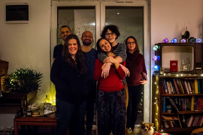 A karácsonyt Sári és Panni nem ünnepli, de kialakult hagyományként, hogy azokat a barátaikat, akik vagy a távolság, vagy a megromlott viszony miatt nem tudják, vagy akarják vérszerinti családjukkal tölteni az ünnepet, szenteste vendégül látják. A közös karácsonynak évek óta társszervezője Gábor.Fotó: Fülöp Dániel Mátyás / 24.hu