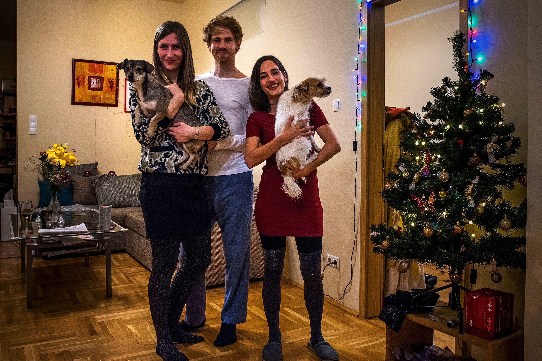 Bogi, Orsi, és Arthur a CEU-n ismerkedtek meg. Bogi és Orsi majdnem két éve költözött össze, ahová másfél éve csatlakozott Arthur is, Bogi barátja, így élnek hárman és a két kutyájukkal, akiket közösen fogadtak örökbe. A jövőt közösen képzelik el, és arról álmodoznak, hogy tudnak majd venni egy lakást ahol többen is tudnak majd közösségben élni. A másik nagy álmuk, hogy egyszer lesz KutyaCSOK, és az ígért harmadik kutya eljövetelével kapnak lakástámogatást.Fotó: Fülöp Dániel Mátyás / 24.hu