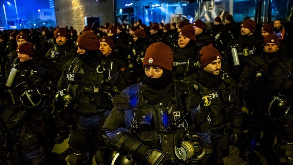 """A kormányszóvivő megköszönte a rendőrök """"példátlanul nyugodt"""" fellépését 11fc954b45"""