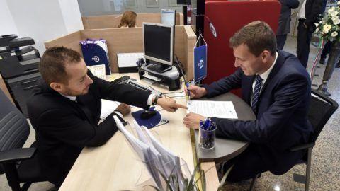 Budapest, 2017. július 31. Egy ügyfél tárgyal az ügyintézõvel az MFB Pont közvetítõi hálózat újonnan megnyitott fiókjában az MKB Bank Váci utcai székházában 2017. július 31-én. Összesen 750 milliárd forint fejlesztési forrás lesz elérhetõ a kibõvített MFB Pontok hálózatánál hitelprogramok keretében 2020-ig a kis- és középvállalkozások és a lakosság számára. MTI Fotó: Máthé Zoltán