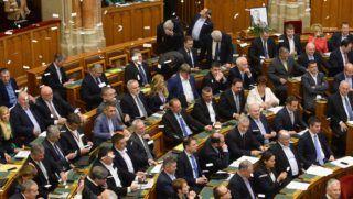 Budapest, 2018. december 12. Papírlapokat szórnak a karzatról ellenzéki képviselõk az Országgyûlés plenáris ülésének kezdete elõtt 2018. december 12-én. MTI/Soós Lajos