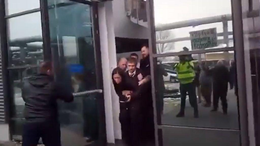 Tétlenül nézték a rendőrök, ahogy országgyűlési képviselőket dobnak ki az MTVA-ból