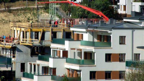 Budapest, 2018. október 5. Modern társas lakóépületek sokasodnak a fõváros XI. kerületében, a Madárhegy városrészben. Toronydaru és betonpumpa segíti a Medvetalp utca egyik újabb építkezésén a kivitelezõk munkáját. Jobbra egy már lakott társasház. MTVA/Bizományosi: Jászai Csaba  *************************** Kedves Felhasználó! Ez a fotó nem a Duna Médiaszolgáltató Zrt./MTI által készített és kiadott fényképfelvétel, így harmadik személy által támasztott bárminemû – különösen szerzõi jogi, szomszédos jogi és személyiségi jogi – igényért a fotó készítõje közvetlenül maga áll helyt, az MTVA felelõssége e körben kizárt.