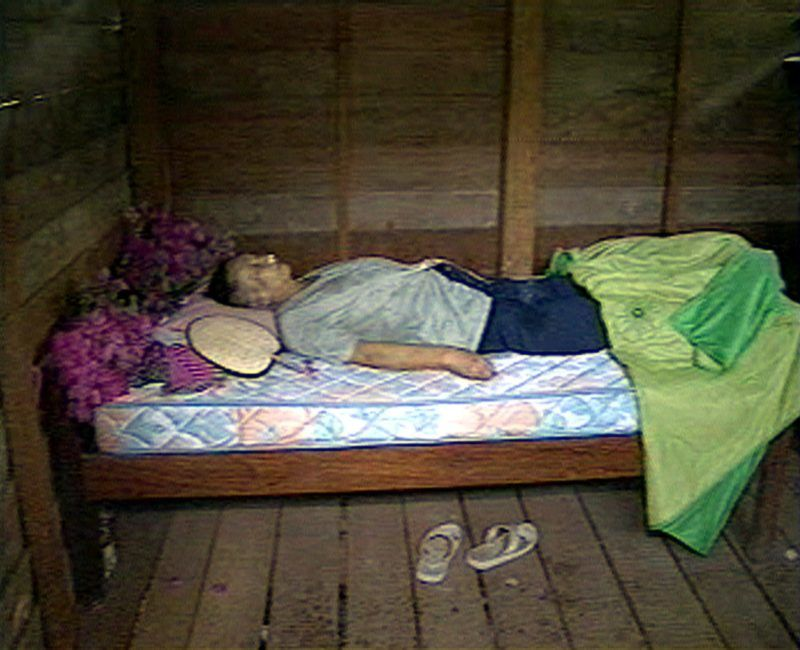 Former leader of the Khmer Rouge, Pol Pot lies in state in a shack near the Thai border 16 April after he died of a heart attack Wednesday night. (Photo by WTN / AFP)