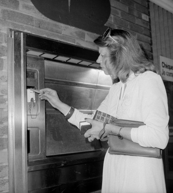 Distributeur automatique de billets dans une Caisse d'épargne. France, 1982.     RV-840892