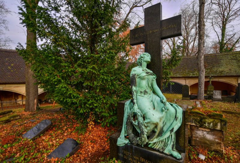 23 November 2018, Halle: An elaborately designed tomb stands on the Stadtgottesacker in Halle/Saale. The cemetery, which is important in terms of cultural history, was built in the 16th century in Pisa, Italy, following the model of the Camposanto and is today the only cemetery of its kind north of the Alps. In recent years, significant parts of the complex have been reconstructed. Among others, the parents of the composer Georg Friedrich Händel, the Enlightenment philosopher Christian Thomasius and the theologian and church song poet August Hermann Francke are buried here. On Sunday of the Dead or Sunday of Eternity (25.11.2018) many Protestant Christians will again visit the cemeteries to commemorate the deceased. Photo: Hendrik Schmidt/dpa-Zentralbild/ZB