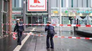 """01 January 2019, North Rhine-Westphalia, Bottrop: Policemen walk behind barrier tape on Berliner Platz. On New Year's Eve, a car driver had driven his car into a group of pedestrians and injured at least four people, some of them seriously. """"The investigating authorities are currently assuming a targeted attack, possibly due to the xenophobic attitude of the driver,"""" the police and public prosecutor's office reported. The driver was arrested. (to dpa """"Man drives in pedestrian group - xenophobic attack suspected"""" from 01.01.2019) Photo: Marcel Kusch/dpa"""