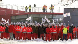 Győr, 2019. január 24.Dolgozók az Audi Hungária Független Szakszervezet (AHFSZ) által meghirdetett egyhetes sztrájk megkezdésén a győri Audi Hungaria Zrt. gyárudvarán 2019. január 24-én. A szakszervezet 168 órás sztrájkot hirdetett a sikertelen bértárgyalások miatt.MTI/Krizsán Csaba