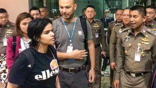 Bangkok, 2019. január 8.A thaiföldi bevándorlási hivatal által közreadott kép a Thaiföldre menekült szaúdi Rahaf Mohammed al-Kununról (b) a bangkoki nemzetközi repülőtéren 2019. január 7-én. A 18 éves Rahaf Mohammed al-Kunun két nappal korábban családja elől menekülve elbarikádozta magát a repülőtér egyik szállodájában. A családja bosszújától rettegő fiatal nő egy kuvaiti családi vakációról menekült a délkelet-ázsiai országba, és azt tervezte, Ausztráliába megy tovább, hogy ott menedékkérelmet nyújtson be. Elmondása szerint családja fizikailag, érzelmileg és verbálisan is bántalmazza őt, elnyomásban él, nem utazhat, nem vezethet autót. Jobbról Szuracsate Hakparn, a thaiföldi bevándorlási hivatal vezetője.MTI/AP