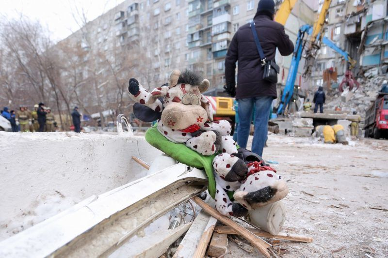 A picture taken on January 2, 2019 shows toys on the ground for a makeshift memorial two days after a gas explosion rocked a residential building in Russia's Urals city of Magnitogorsk. - Rescuers hunted for survivors Wednesday in the rubble of a Russian apartment building hit by a New Year's Eve gas explosion, but found only bodies as the number of confirmed dead rose to 18. Nearly two dozen people were still missing following the explosion, which destroyed 35 apartments in the high-rise in the city of Magnitogorsk in the Ural mountains. (Photo by STR / AFP)