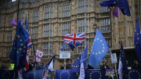 Pro and anti-Brexit demonstrators start the day outside the Houses of Parliament on January 15, 2019 in central London as Parliament prepares to finally vote on whether to support or vote against the agreement struck between Prime Minister Theresa May's government and the European Union. (Photo by Daniel LEAL-OLIVAS / AFP)