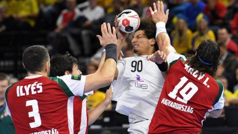 Egypt's Ali Zein El-Abedin (C) is blocked during the IHF Men's World Championship 2019 Group D handball match between Hungary and Egypt at the Royal Arena in Copenhagen on January 16, 2019. (Photo by Jonathan NACKSTRAND / AFP)