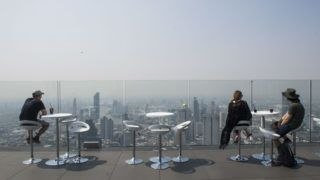 Tourists view the scenery on the 78th floor of the King Power Mahanakhon skyscraper, Bangkok's highest observation deck, during a polluted day in the city on January 28, 2019. (Photo by Romeo GACAD / AFP)