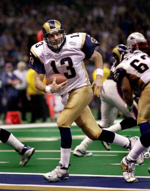 St. Louis Rams quarterback Kurt Warner runs into the end zone for a touchdown during the second half 03 February, 2002 of Super Bowl XXXVI in New Orleans, Louisiana. The St. Louis Rams and the New England Patriots are playing for the NFL championship. AFP PHOTO/Roberto SCHMIDT (Photo by ROBERTO SCHMIDT / AFP)
