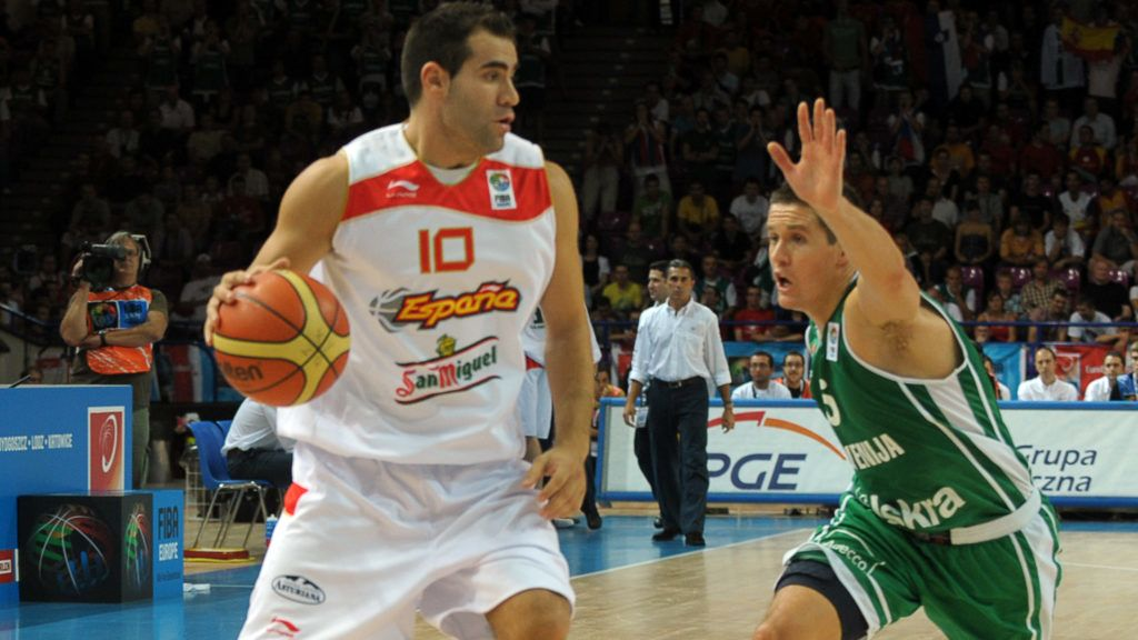 Carlos Cabezas(R) of Spain fights for the ball with Slovenia's Jaka Lakovic during their 2009 European championship preliminary round, group C, basketball game in  Warsaw on September 9, 2009. AFP PHOTO / JANEK SKARZYNSKI (Photo by JANEK SKARZYNSKI / AFP)