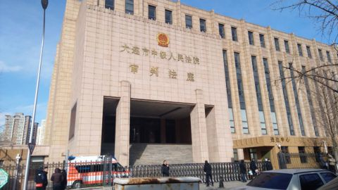 --FILE--People wait in front of the Dalian Intermediate People's Court in Dalian city, northeast China's Liaoning province, 29 December 2018.  Robert Lloyd Schellenberg, a Canadian national caught smuggling over 200 kilograms of methamphetamine in China, is being retried on Monday (14 January 2019) at the Dalian Intermediate People's Court in northeast China. Schellenberg, who in 2016 was tried and convicted at the intermediate court, was sentenced to 15 years in jail and ordered to pay a 150,000 yuan (about 22,000 U.S. dollars) fine. That sentence was too light according to the Liaoning Provincial Higher People's Court, and the provincial higher court sent the case back to Dalian for another assessment in late December 2018. During Monday's retrial, the Dalian Intermediate People's Court said they now have evidence that highly suggests Schellenberg was involved in organized international drug crime. However, Schellenberg argued that he was a tourist visiting China and framed by criminals. Drug manufacturing and trafficking convictions are punishable by a life sentence or even the death penalty based on Chinese law. Court officials in Dalian told CGTN that Schellenberg, in fact, requested no Canadian media be allowed in the court, and it seems he does not want people from his home country to hear about the case. A ruling on Schellenberg is expected on Monday evening.