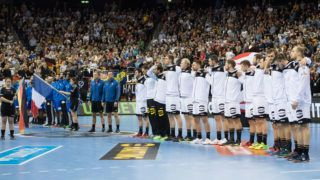 The teams stand for the national anthems on the field in a row, presentation, presentation, lineup, before the start of the match, ceremony, line up, full figure, horizontal format, preliminary round Group A, Germany (GER) - France (FRA) 25:25, am 15.01.2019 in Berlin / Germany. Handball World Cup 2019, from 10.01. - 27.01.2019 in Germany and Denmark.   Usage worldwide