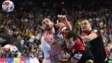 21 January 2019, North Rhine-Westphalia, Köln: Handball: WM, Croatia - Germany, main round, group 1, 2nd matchday in the Lanxess Arena. Germany's Uwe Gensheimer (M) and Paul Drux in action against Croatia's Jakov Vrankovic. Photo: Federico Gambarini/dpa