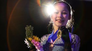 DETROIT, MICHIGAN - JANUARY 25: Alysa Liu holds her gold medal after winning the 2019 Senior Ladies Championship during the 2019 U.S. Figure Skating Championships at Little Caesars Arena on January 25, 2019 in Detroit, Michigan.   Gregory Shamus/Getty Images/AFP