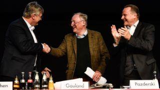 Riesa, 2019. január 13. Jörg Meuthen és Alexander Gauland, az Alternatíva Németországnak (AfD) társelnökei, valamint Georg Pazderski elnökhelyettes (b-j) az európai parlamenti választások alkalmából tartott pártkongresszuson Riesában 2019. január 13-án. A kongresszuson választják meg a párt képviselõjelöltjeit az Európai Parlamentbe. MTI/EPA/Filip Singer