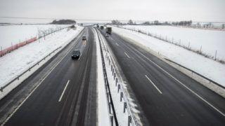 Pécsudvard, 2018. december 15. Autók haladnak a behavazott M60-as autópályán Pécsudvard közelében 2018. december 15-én. MTI/Sóki Tamás