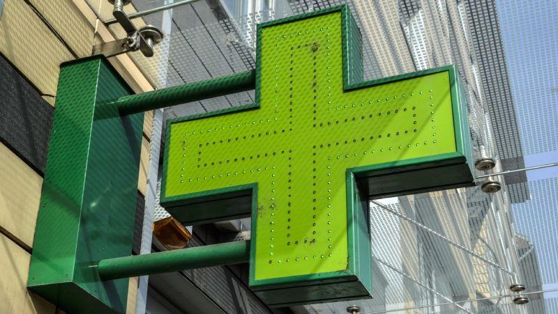 Budapest, 2016. február 27. A Honvéd Gyógyszertár zöld keresztje a fõváros XIII. kerületében, a Pap Károly utcában. MTVA/Bizományosi: Róka László  *************************** Kedves Felhasználó! Ez a fotó nem a Duna Médiaszolgáltató Zrt./MTI által készített és kiadott fényképfelvétel, így harmadik személy által támasztott bárminemû – különösen szerzõi jogi, szomszédos jogi és személyiségi jogi – igényért a fotó készítõje közvetlenül maga áll helyt, az MTVA felelõssége e körben kizárt.