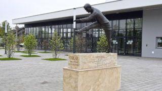 Budapest, 2017. április 22. Sándor Károly - becenevén Csikar - az MTK híres labdarúgójának szobra a Hidegkuti Nándor Stadion előtt a X. kerület, Hungária körúton. A 2016-ban átadott alkotás Boros Péter szobrászművész alkotása. MTVA/Bizományosi: Róka László  *************************** Kedves Felhasználó! Ez a fotó nem a Duna Médiaszolgáltató Zrt./MTI által készített és kiadott fényképfelvétel, így harmadik személy által támasztott bárminemű – különösen szerzői jogi, szomszédos jogi és személyiségi jogi – igényért a fotó készítője közvetlenül maga áll helyt, az MTVA felelőssége e körben kizárt.