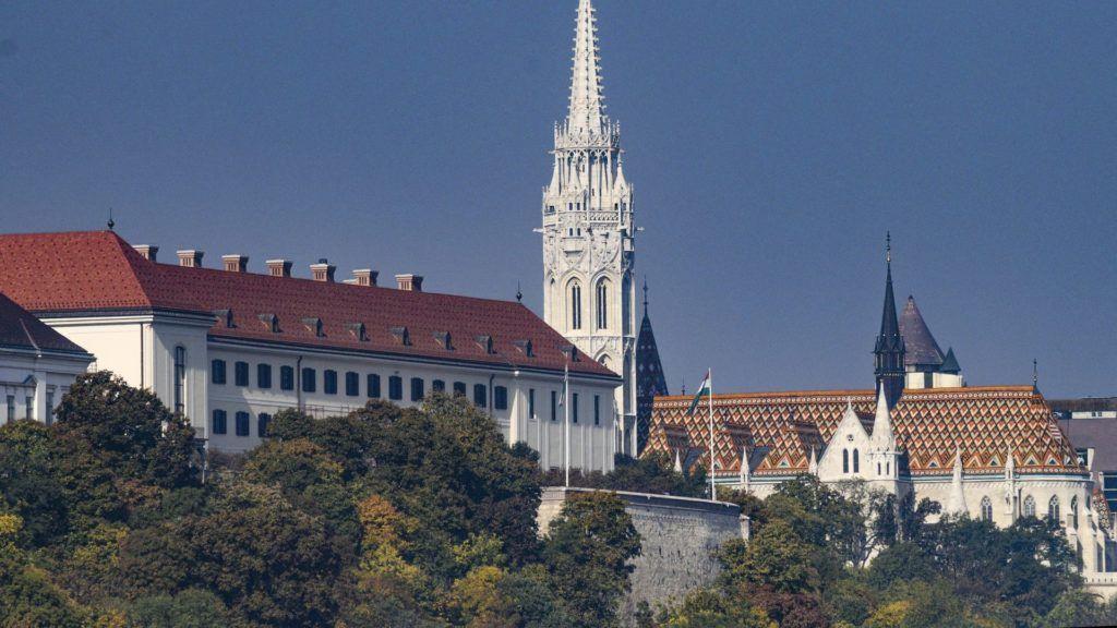 Budapest, 2018. október 10. A Miniszterelnökség hivatalának felújított karmelita kolostor és a Mátyás-templom a budai Várhegyen. MTVA/Bizományosi: Róka László  *************************** Kedves Felhasználó! Ez a fotó nem a Duna Médiaszolgáltató Zrt./MTI által készített és kiadott fényképfelvétel, így harmadik személy által támasztott bárminemû – különösen szerzõi jogi, szomszédos jogi és személyiségi jogi – igényért a fotó készítõje közvetlenül maga áll helyt, az MTVA felelõssége e körben kizárt.