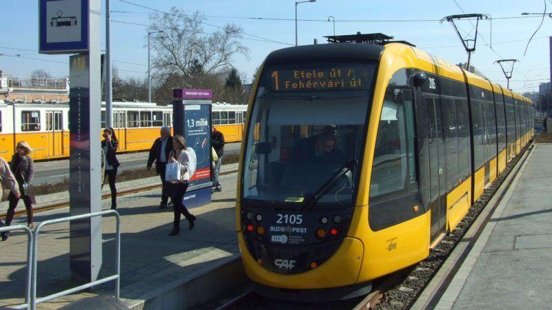 Budapest, 2017. március 13. Megérkezett az észak-budai végállomására, a Bécsi út - Vörösvári úti csomóponthoz a BKK 1-es villamos vonalán közlekedõ egyik modern CAF szerelvény. MTVA/Bizományosi: Jászai Csaba  *************************** Kedves Felhasználó! Ez a fotó nem a Duna Médiaszolgáltató Zrt./MTI által készített és kiadott fényképfelvétel, így harmadik személy által támasztott bárminemû – különösen szerzõi jogi, szomszédos jogi és személyiségi jogi – igényért a fotó készítõje közvetlenül maga áll helyt, az MTVA felelõssége e körben kizárt.