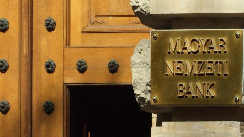 Budapest, 2017. május 15. A Magyar Nemzeti Bank fõépületének személybejárata és cégtáblája a fõváros V. kerületében, a Szabadság tér 9-ben. MTVA/Bizományosi: Jászai Csaba  *************************** Kedves Felhasználó! Ez a fotó nem a Duna Médiaszolgáltató Zrt./MTI által készített és kiadott fényképfelvétel, így harmadik személy által támasztott bárminemû – különösen szerzõi jogi, szomszédos jogi és személyiségi jogi – igényért a fotó készítõje közvetlenül maga áll helyt, az MTVA felelõssége e körben kizárt.