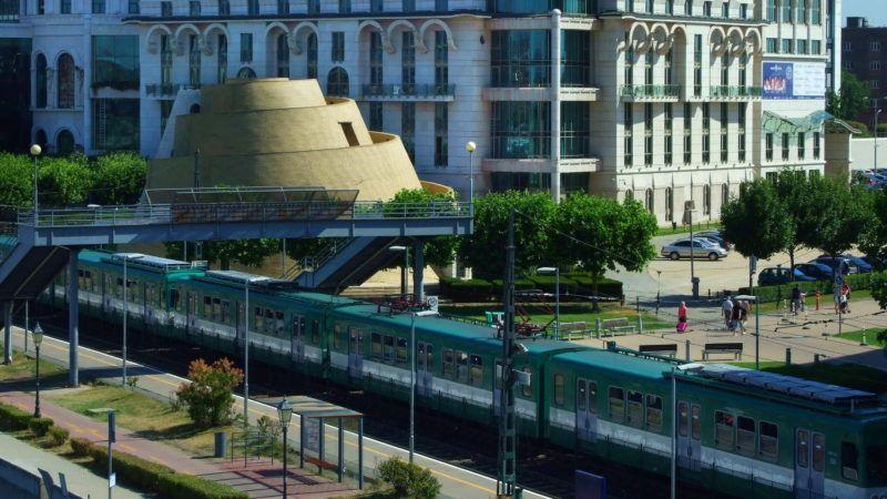 Budapest, 2017. június 19. A Budapesti Közlekedési Központ (BKK) H7-es vonalán, Csepel és a Boráros tér között közlekedõ HÉV egyik szerelvényébõl utasok szálltak ki a Nemzeti Színház épületénél és elhaladnak a budapesti Zikkurat és a színház déli oldala mellett.  MTVA/Bizományosi: Jászai Csaba  *************************** Kedves Felhasználó! Ez a fotó nem a Duna Médiaszolgáltató Zrt./MTI által készített és kiadott fényképfelvétel, így harmadik személy által támasztott bárminemû – különösen szerzõi jogi, szomszédos jogi és személyiségi jogi – igényért a fotó készítõje közvetlenül maga áll helyt, az MTVA felelõssége e körben kizárt.