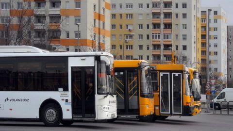 Budapest, 2018. február 27. A Volánbusz Zrt. helyközi autóbuszai várakoznak a Kelenföld autóbusz-állomás szomszédságában, az Etele úti lakótelep toronyházai közelében.    MTVA/Bizományosi: Jászai Csaba  *************************** Kedves Felhasználó! Ez a fotó nem a Duna Médiaszolgáltató Zrt./MTI által készített és kiadott fényképfelvétel, így harmadik személy által támasztott bárminemû – különösen szerzõi jogi, szomszédos jogi és személyiségi jogi – igényért a fotó készítõje közvetlenül maga áll helyt, az MTVA felelõssége e körben kizárt.