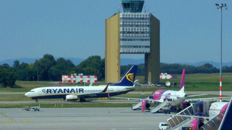 Budapest, 2018. augusztus 30. A kifutópálya felé gurul a Ryanair légitársaság egyik Boeing 737-800 típusú utasszállító repülõgépe a Liszt Ferenc Nemzetközi Repülõtéren. Mögötte a repülõtér irányítótornya, jobbra pedig a Wizz Air két Airbusát készítik fel újabb útra. MTVA/Bizományosi: Jászai Csaba  *************************** Kedves Felhasználó! Ez a fotó nem a Duna Médiaszolgáltató Zrt./MTI által készített és kiadott fényképfelvétel, így harmadik személy által támasztott bárminemû – különösen szerzõi jogi, szomszédos jogi és személyiségi jogi – igényért a fotó készítõje közvetlenül maga áll helyt, az MTVA felelõssége e körben kizárt.