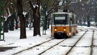 Budapest, 2019. január 9. Havas sínpályán közlekedik a Budapesti Közlekedési Központ (BKK) 56A jelzésû villamosa a Dózsa György téren, útban a Móricz Zsigmond térnél lévõ végállomásához. MTVA/Bizományosi: Jászai Csaba  *************************** Kedves Felhasználó! Ez a fotó nem a Duna Médiaszolgáltató Zrt./MTI által készített és kiadott fényképfelvétel, így harmadik személy által támasztott bárminemû – különösen szerzõi jogi, szomszédos jogi és személyiségi jogi – igényért a fotó készítõje közvetlenül maga áll helyt, az MTVA felelõssége e körben kizárt.