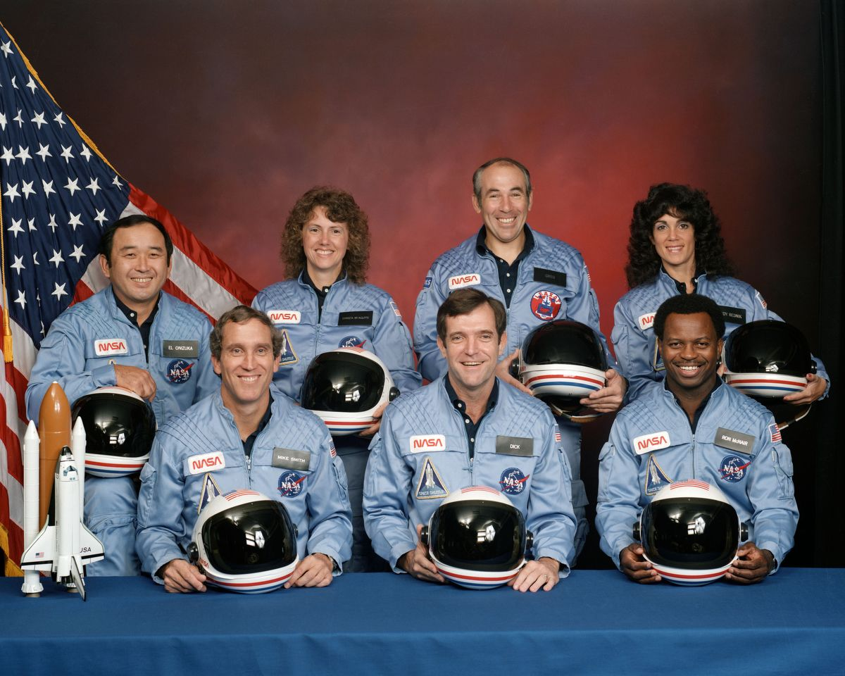 Az STS-51L legénysége. A hátsó sorban Ellison S. Onizuka, Sharon Chtista McAuliffe, Greg Jarvis. Az első sorban Mike Smith kapitány, Sick Scobee és Ron McNairFotó: Johnson Space Center / NASA